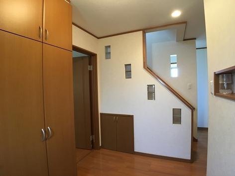 玄関から階段.jpg